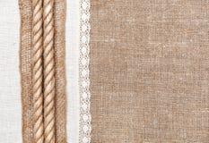 Säckvävbakgrund med det linnetorkduken och repet Royaltyfria Bilder