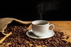 Säckvävpåse och kopp kaffe Royaltyfri Fotografi