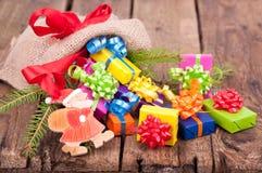 Säckvävsäck med presents för jul Arkivfoton