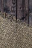 Säckvävtextur på gammal trätabellbakgrund Trätabell med att plundra arkivbild
