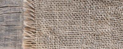 Säckvävtextureon en träbakgrund som är lantlig, jul panorama Modelltygtextil vägg för textur för bakgrundstegelsten gammal Royaltyfria Bilder