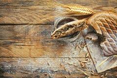 Sädes- flapjack, öron av vete och råg, havre, strilat mjöl arkivfoto
