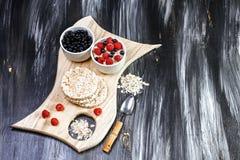 Sädes- och olika läckra ingredienser för frukosten, träbakgrund, bästa sikt, utrymme för text arkivbilder
