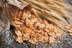 Sädes- veteflingor, grova spikar och rågkorn på gammal lantlig trät Royaltyfri Foto