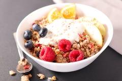 Sädesslag, frukt och yoghurt royaltyfria bilder