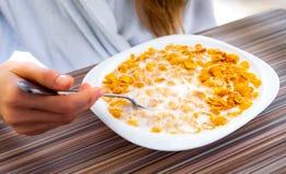 Sädesslag i en vit platta med mjölkar Royaltyfri Fotografi