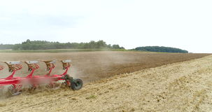Säen des landwirtschaftlichen Traktors und Kultivierungsfeld stock video footage