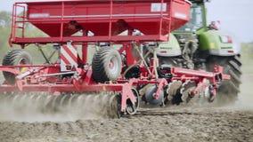 Säenmaschine, die an gepflogenem Feld arbeitet Landwirtschaftliche Maschinen für Feldsäen stock video footage
