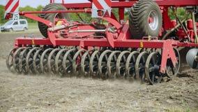 Säenmaschine, die an landwirtschaftlichem Feld arbeitet Landwirtschaftsboden Säen-Startwerte für Zufallsgenerator stock video footage
