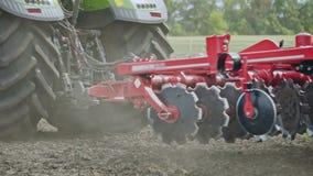 Säenmaschine, die an Landwirtschaftsfeld arbeitet Landwirtschaftstraktor mit Anhängersämaschine stock footage
