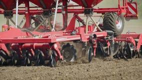 Säenmaschine, die Samen im Boden auf ländlichem Feld pflügt und sät Landwirtschaft stock video