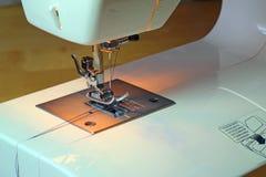 Säenmaschinenabschluß oben der Nadel und des Threads Stockfoto