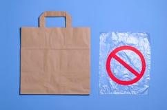 Säg inte till plastpåsar, återanvänd begreppet, Eco den vänliga pappers- påsen och det plast- paketet royaltyfri foto
