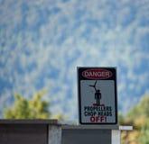 Säga för faratecken: Propellrar hugger av av huvud! i hoppa fallskärm mitten nära Franz Josef i Nya Zeeland royaltyfri fotografi