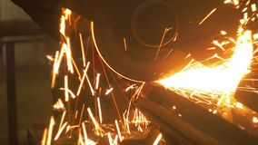 Sägen weg von den Stahlträgern stock video footage