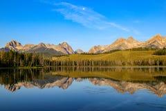 Sägezahn-Berge reflektierten sich im Redfish See, Idaho Stockbilder