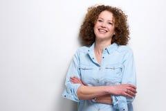 Säker äldre kvinna som ler med korsade armar Arkivfoton
