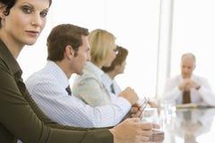 Säker affärskvinna In Conference Room Arkivfoto