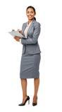 Säker affärskvinna Holding Clipboard Royaltyfri Fotografi