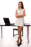 Säker affärskvinna i ett kontor Royaltyfria Foton