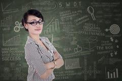 Säker affärskvinna med korsade armar Arkivbild