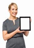 Säker affärskvinna Showing Digital Tablet Royaltyfri Bild