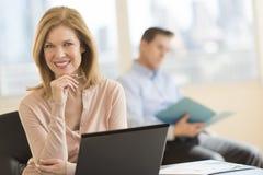 Säker affärskvinna Smiling In Office royaltyfri foto