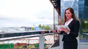 Säker affärskvinna som är främst av modern kontorsbyggnad Affär, bankrörelsen, korporation, fastighet och finansiellt stock video