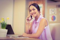 Säker affärskvinna som använder telefonen Arkivbilder