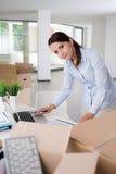 Säker affärskvinna som arbetar i hennes nya kontor Royaltyfria Foton