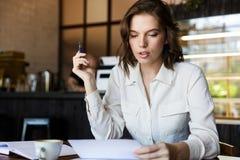 Säker affärskvinna som arbetar med dokument royaltyfria foton