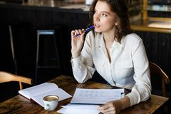 Säker affärskvinna som arbetar med dokument royaltyfri foto
