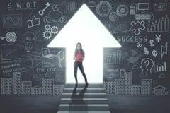 Säker affärskvinna som framme står av dörr i form av den övre pilen arkivfoton