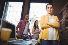 Säker affärskvinnaWith Colleagues In bakgrund Fotografering för Bildbyråer