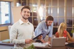 Säker affärsman som använder digital PC med att arbeta för kollegor royaltyfria foton
