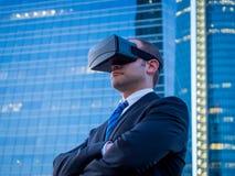 Säker affärsman som använder virtuell verklighetexponeringsglas i en affär Royaltyfri Fotografi