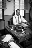 Säker affärsman som arbetar på skrivbordet Arkivbilder