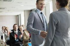 Säker affärsman som hälsar den offentliga högtalaren under seminarium Royaltyfri Fotografi