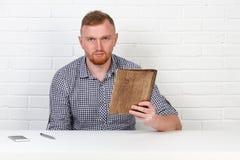 Säker affärsman som läser ett avtal Affärsman som läser ett avtal i ett kontor bak ett skrivbord isolerat sinnesrörelser Arkivfoton