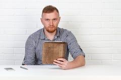 Säker affärsman som läser ett avtal Affärsman som läser ett avtal i ett kontor bak ett skrivbord isolerat sinnesrörelser Royaltyfria Bilder