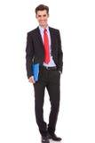 Säker affärsman som rymmer en clipboard Royaltyfria Foton