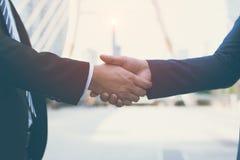 Säker affärsman som två skakar händer lyckade affärspartners Förhandla affär arkivbilder