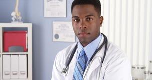 Säker afrikansk amerikandoktor i klinik royaltyfri fotografi
