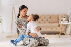 Säker att bry sig mamma som rymmer hennes liten flicka i henne armar Royaltyfria Bilder