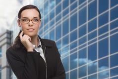 Säker attraktiv kvinna för blandat lopp framme av företags Buil Royaltyfri Fotografi