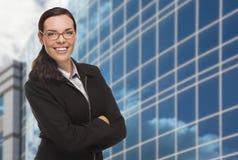 Säker attraktiv kvinna för blandat lopp framme av företags Buil Arkivbilder