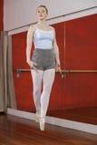 Säker ballerina i Midair på dansstudion royaltyfri fotografi