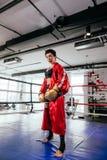 Säker boxarekvinna i den röda boxningkappan, sportswear, gula boxninghandskar Royaltyfria Foton