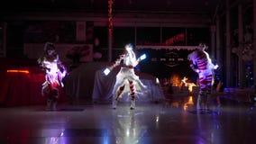 Säker brandshow, ung kvinnlig med ljusdiod-dans på händelsen i mörkt rum lager videofilmer