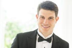 Säker brudgum In Tuxedo Smiling Arkivbilder